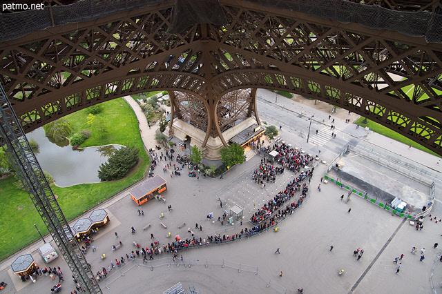 Nouvelles images file de touristes attendant pour monter la tour eiffel - Monter a la tour eiffel prix ...