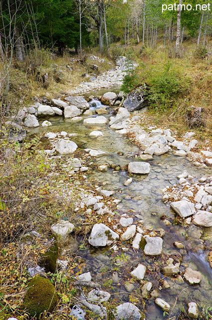 Paysage au bord de la rivière d'agnielles - hautes alpes