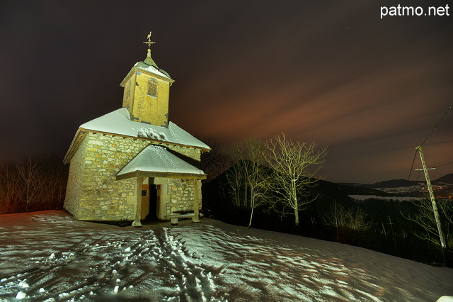 Photo des illuminations nocturnes sur la chapelle de Saint Jean à Chaumont - Haute Savoie