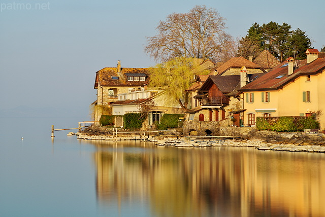 Photo of houses along Geneva lake in Nernier
