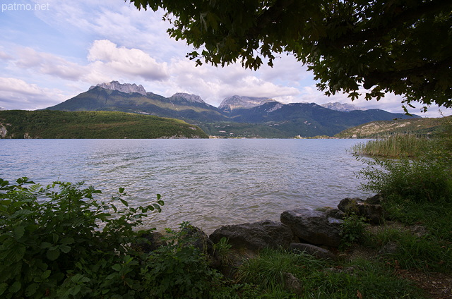 Photo of the banks of Annecy lake in Saint Jorioz