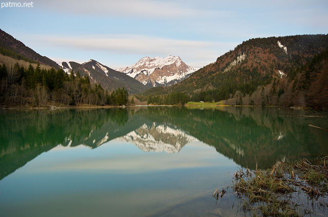 Photograph of a springtime dusk around Vallon lake and Roc d'Enfer mountain in Bellevaux